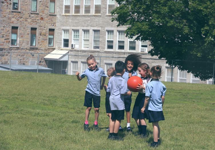 Groupe d'élèves du Collège Bourget jouant à l'extérieur